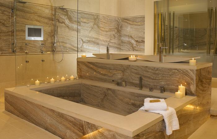 Плитка из камня в интерьере ванной