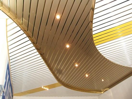 Достоинства реечного алюминиевого потолка