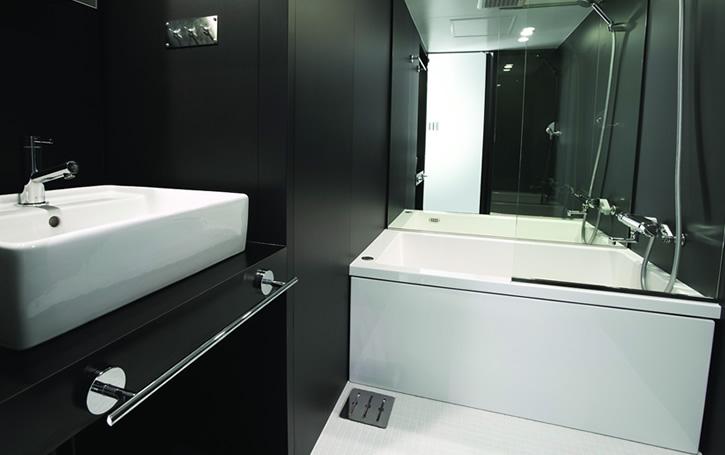 Строгий минимализм в дизайне ванной комнаты